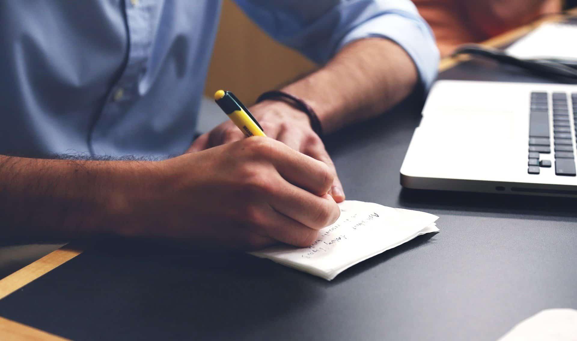 uomo-scrive-appunti-per-lavoro-cloud