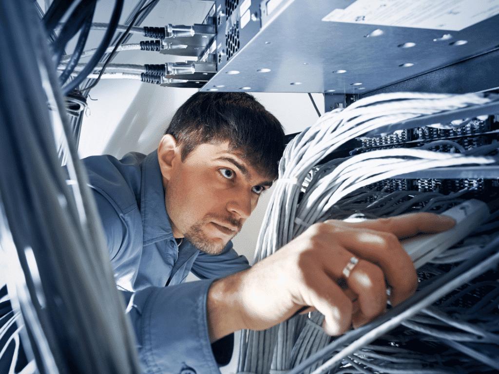 consulente informatico in una server farm