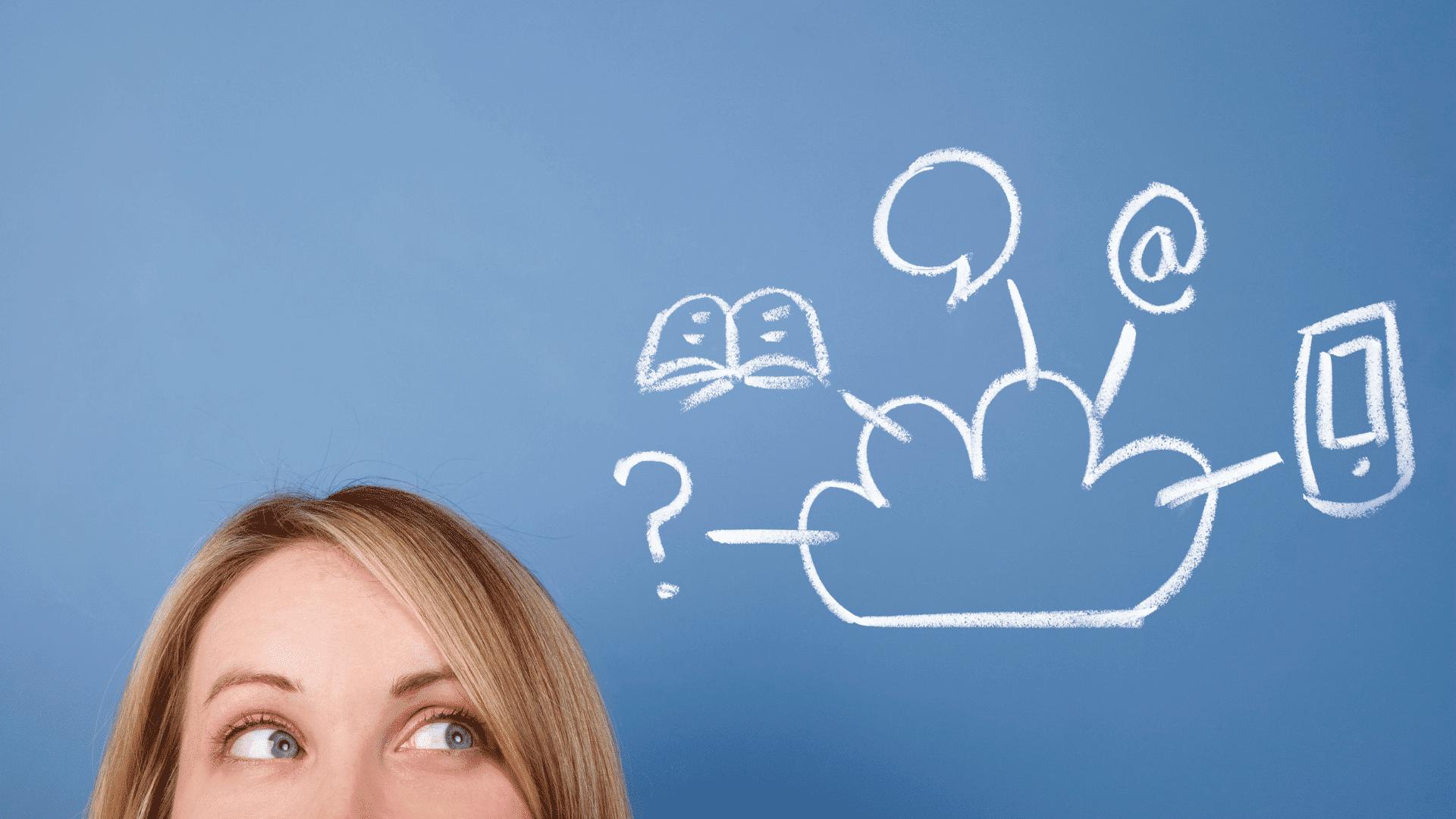 ragazza che guarda i possibili servizi del cloud computing